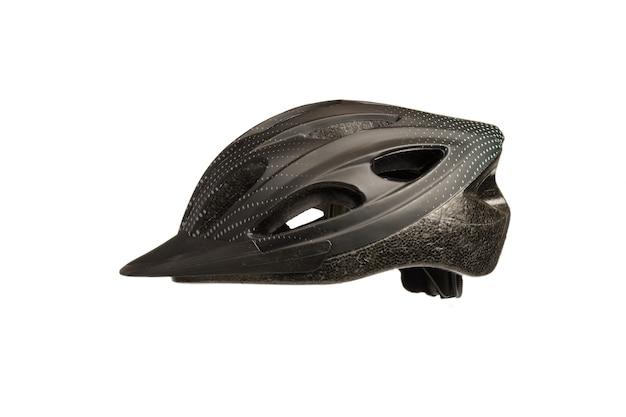 Casco da bicicletta nero di profilo su sfondo bianco con una correzione al centro della foto