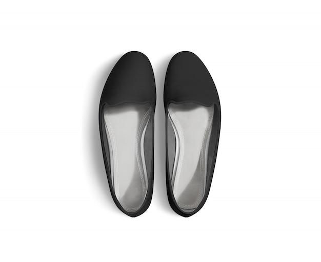 Le scarpe in bianco nere delle donne stanno isolate, vista superiore