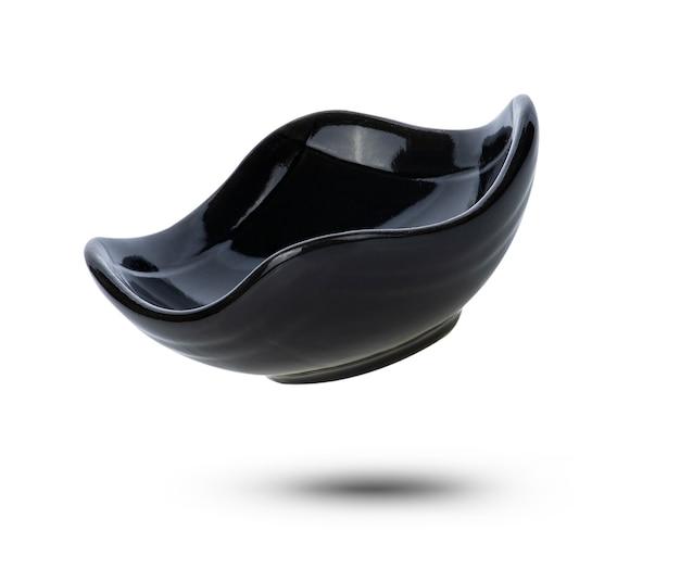 Ceramica nera della ciotola isolata su fondo bianco.