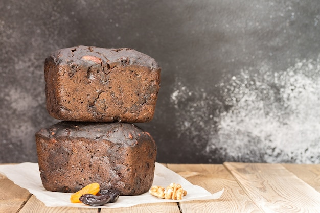 Pane nero con farina di lievito naturale, frutta secca e noci