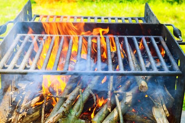 Nero bruciato carbone griglia barbecue fuoco naturale come sfondo