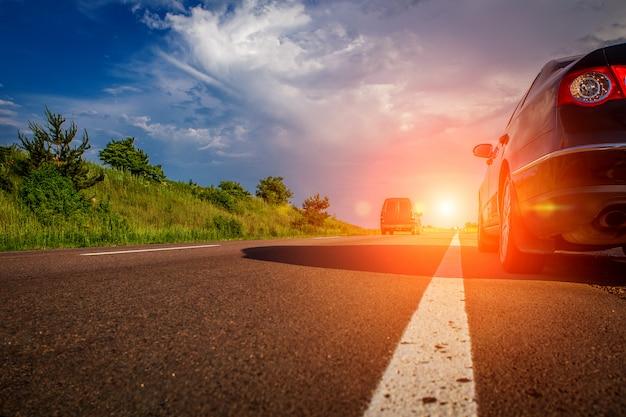 Automobile nera sulla strada asfaltata