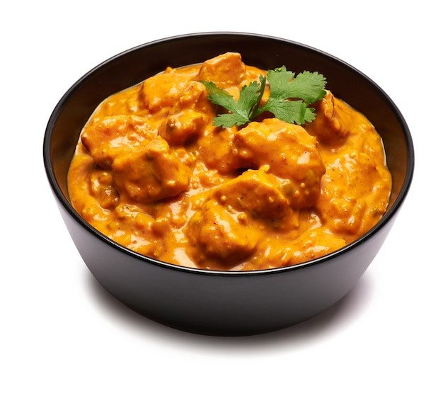 Ciotola in ceramica nera di pollo al curry tradizionale isolato