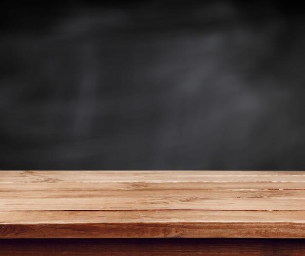 Sfondo nero lavagna e tavola di legno