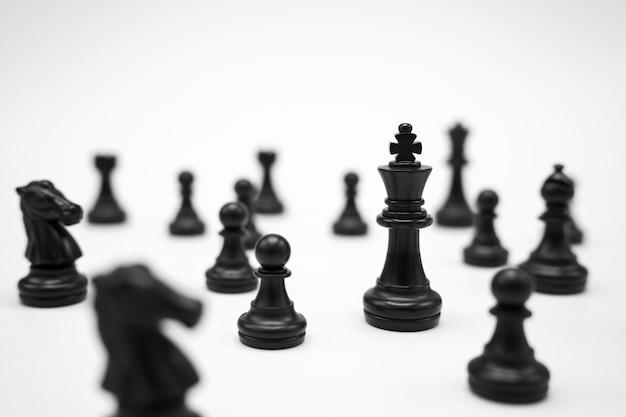 Pezzi degli scacchi neri su superficie bianca
