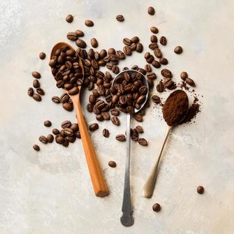 Assortimento di chicchi di caffè nero su sfondo chiaro