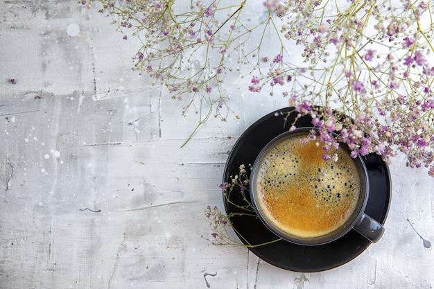 Caffè nero decorato con fiori