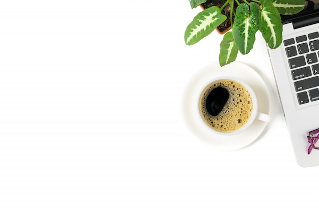 Caffè nero e laptop con vaso piccolo isolato su sfondo bianco, vista dall'alto e spazio di copia