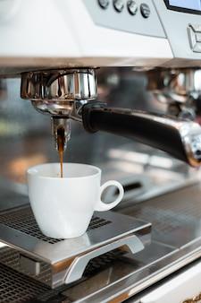 Mattina di caffè nero sulla macchina per il caffè