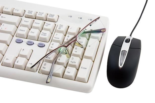 Mouse del computer nero e parte della tastiera su sfondo bianco. isolato.