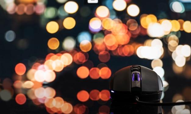 Mouse per computer nero con sfondo bokeh