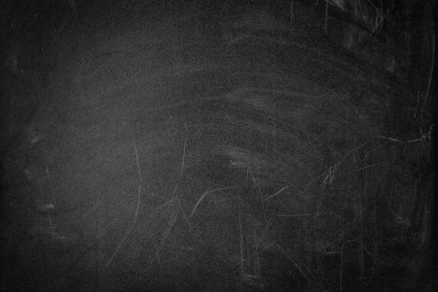 Struttura nera della lavagna sporca con graffi, copia dello spazio
