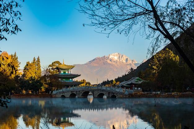 Black dragon pool con jade dragon snow mountain, punto di riferimento e luogo popolare per le attrazioni turistiche vicino a lijiang old town. lijiang, yunnan, cina