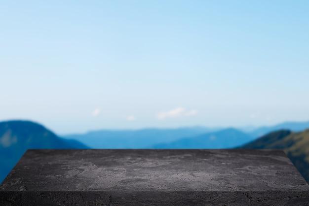 Superficie di pietra vuota nera contro il cielo blu chiaro nel pomeriggio