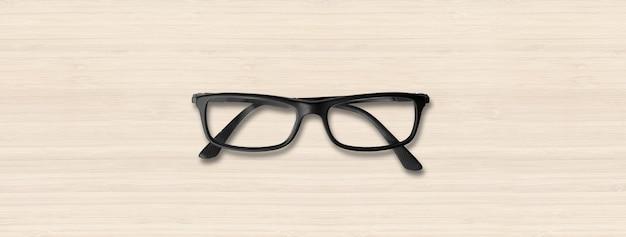 Occhiali da vista neri isolati su legno bianco
