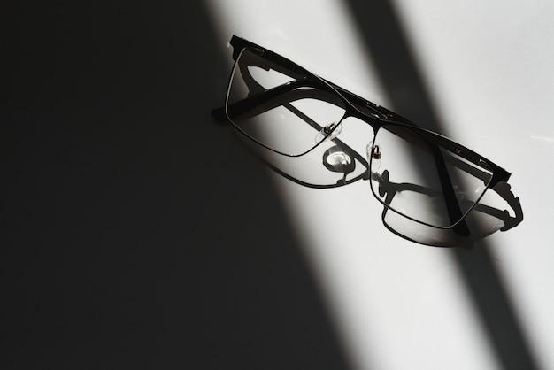 Occhiali da vista neri con sfondo bianco