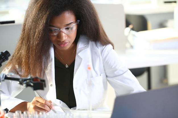 Studente chimico nero studente che conduce ricerche