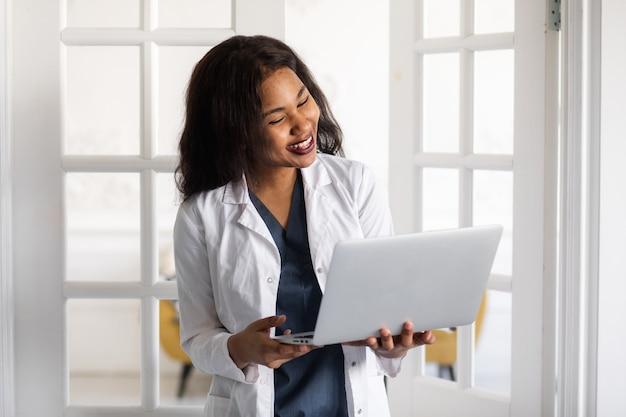 Telemedicina medico femminile nero l'uso di tecnologie informatiche e di telecomunicazione per lo scambio di informazioni mediche k filmati di alta qualità