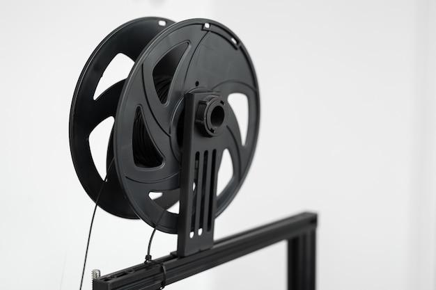 Filamento nero su una stampante 3d in laboratorio