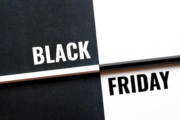 Venerdì nero, concetto in bianco e nero con fogli di carta e matite