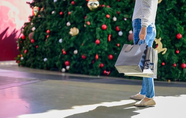 Black friday e santo stefano. donna che fa shopping da sola per vestiti nuovi e si rilassa in vacanza