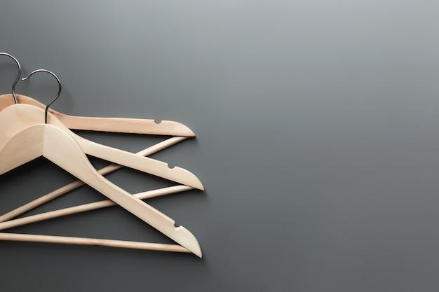Venerdì nero o concetto di industria dell'abbigliamento su sfondo grigio con appendini in legno