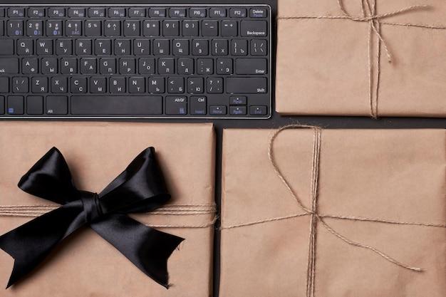 Black friday concept pila di scatole regalo con tastiera per computer