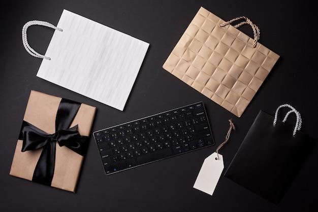 Concetto del venerdì nero shopping online ordinazione regali vestiti e altri articoli nel negozio online shopping ...