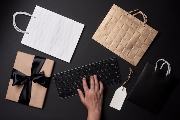 Concetto del venerdì nero che acquista online una persona che ordina regali vestiti e altri articoli nel negozio online ...