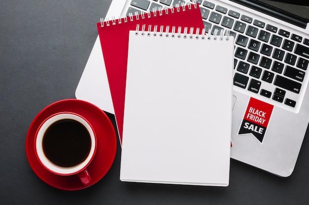 Notebook venerdì nero mock-up Foto Premium