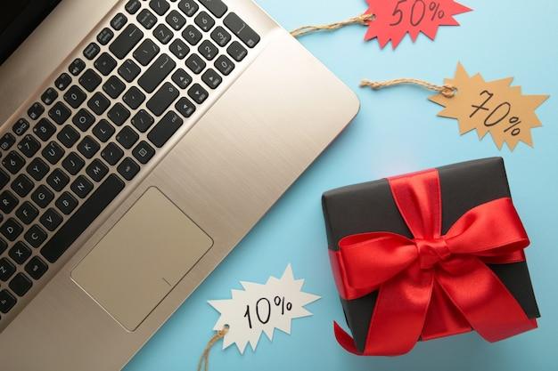 Venerdì nero. concetto di acquisto in linea con il contenitore di regalo sull'azzurro. vista dall'alto