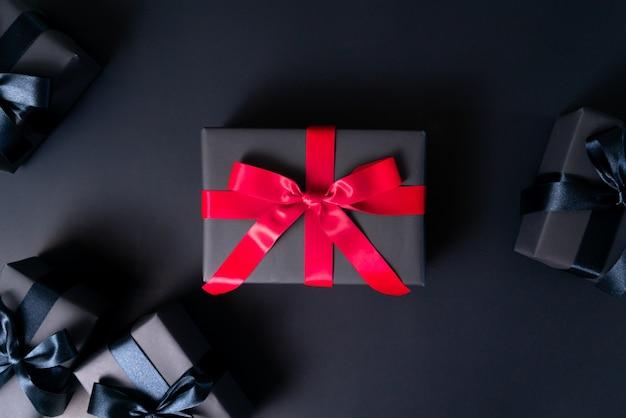 Saldi del black friday, confezione regalo nera per lo shopping online