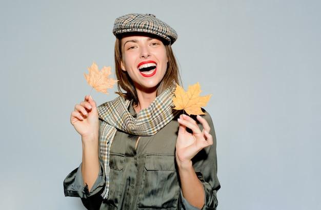 Vendita del venerdì nero. logo del marchio. fogliame autunnale. visita la mia pagina. pubblicità digitale. donna sorridente felice. festival delle foglie d'autunno. agenzia pubblicitaria. posto per il tuo testo.
