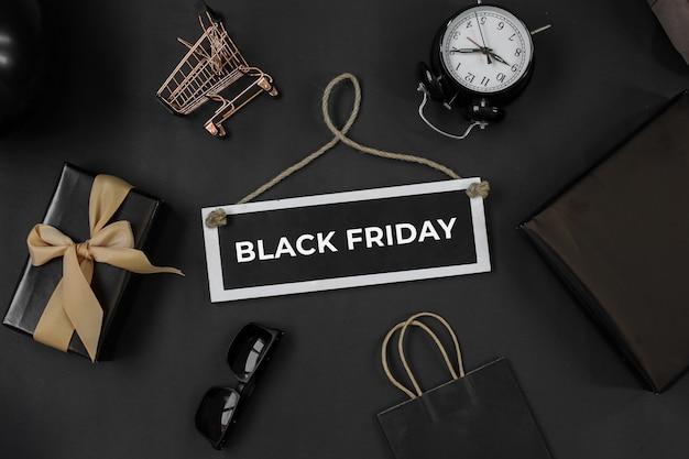 Vendita del black friday o concetto di promozione dello shopping online con vari accessori per lo shopping