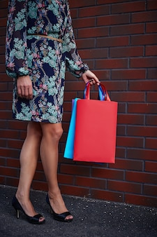 Venerdì nero. donna che mantiene i sacchetti di carta in mano. centro commerciale.
