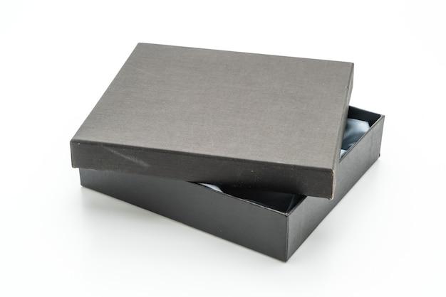 Confezione regalo nera su sfondo bianco