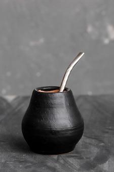 Zucca nera con paglia sorseggiata in metallo