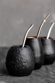 Zucche nere con cannucce di metallo sorseggiate
