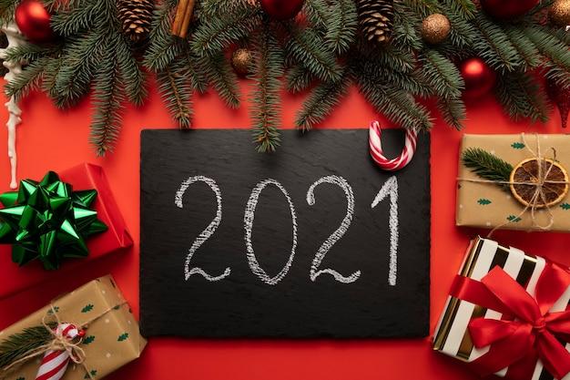 Targa in granito nero con la scritta 2021.