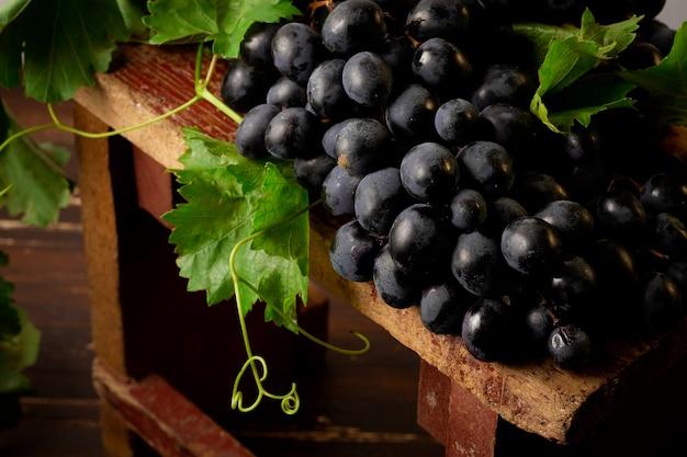 Uva nera con foglie, rustica, vista dall'alto