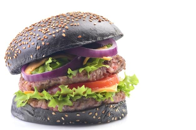 Hamburger nero su sfondo bianco