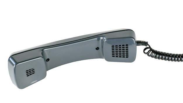 Microtelefono nero che si trova dalla parte di sinistra isolata su bianco