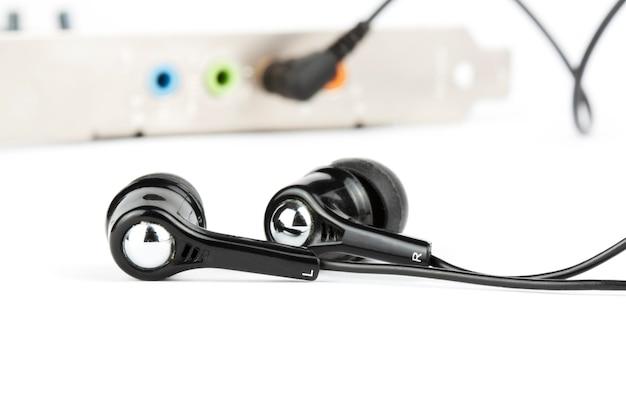 Cuffie nere con scheda audio sul bianco