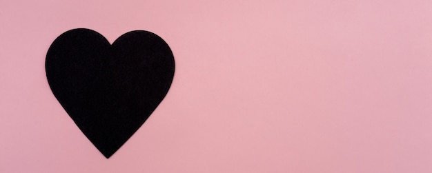 Cuore nero il giorno di san valentino.