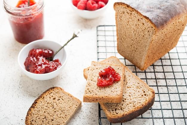 Pane nero fatto in casa con marmellata, messa a fuoco selettiva, primi piani