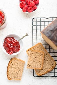 Pane nero fatto in casa con marmellata, fuoco selettivo, vista dall'alto