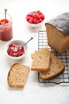 Pane nero fatto in casa con marmellata, fuoco selettivo
