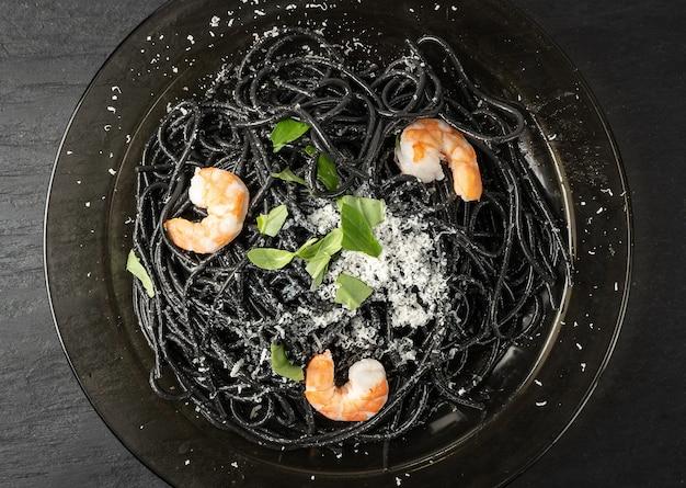 Pasta di pesce nero italiano con gamberi e verdure