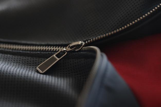 Giacca nera con zip chiusa accessori selezione abbigliamento