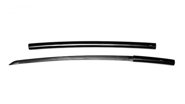 Spada giapponese nera con fodero su fondo bianco. questo tipo di spada giapponese si chiama